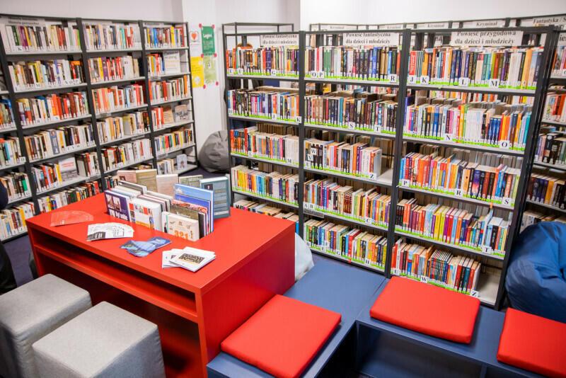 Księgozbiór Biblioteki Lawendowej to ponad osiem tysięcy książek, 800 audiobooków. Placówka oferuje też dostęp do prasy, stanowiska komputerowe i sprzęt do tworzenia podcastów. Jest tu telewizor i ściana magnetyczna