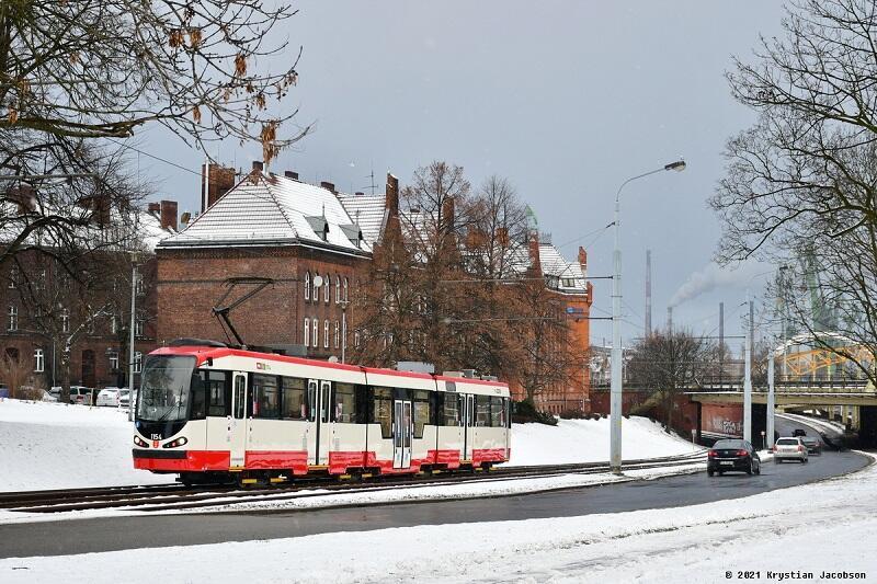Tramwaj typu N8CNF o numerze bocznym1154, pierwszy z nowym malowaniem pojazd komunikacji miejskiej w Gdańsku