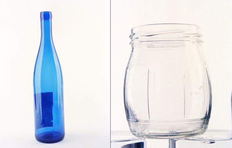 Przykłady właściwego surowca nadającego się do recyklingu. Butelka (może mieć etykietę, nakrętkę bądź korek) oraz słoik (bez metalowej pokrywki i opróżniony z zawartości)