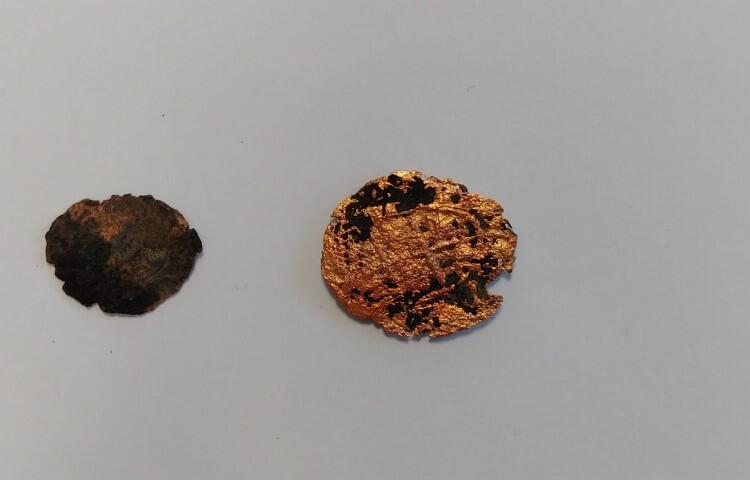 Odnalezione monety to (z prawej) - moneta krzyżacka z XIV wieku, druga - pochodzi prawdopodobnie z czasów nowożytnych
