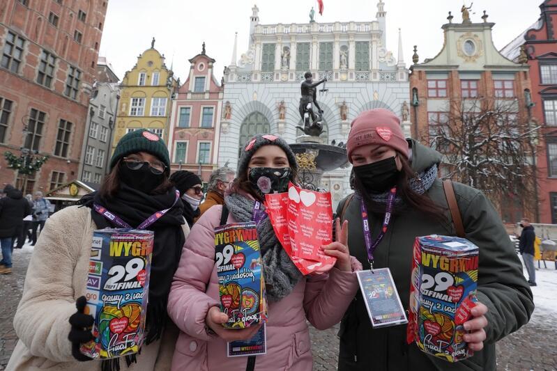 W tym roku na gdańskich ulicach było dużo mniej wolontariuszy, niż w latach ubiegłych - to ze względów bezpieczeństwa w dobie epidemii. Jednak dzięki ofiarności gdańszczanek i gdańszczan znowu udało się zebrać na WOŚP imponującą kwotę