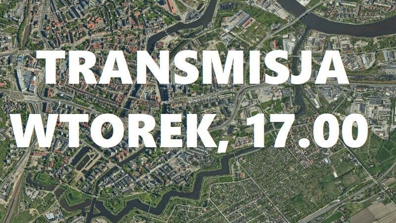 Plansza z mapą miasta, na niej napis: TRANSMISJA WTOREK, 17.00