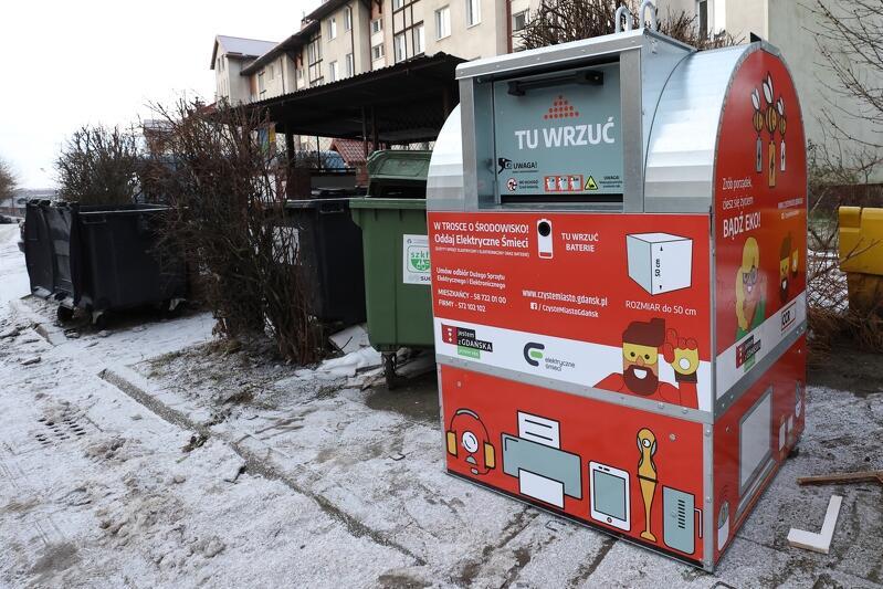 26 stycznia 2021 jeden z pierwszych czerwonych pojemników do selektywnej zbiórki małych elektroodpadów stanął przy ul. Jabłońskiego na gdańskim Chełmie