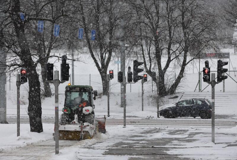 Ulice Gdańska, okolice placu Zebrań Ludowych, wtorek, 9 lutego
