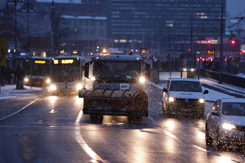 Śnieg padać będzie bez przerwy, z różną intensywnością, co najmniej do środy, 10 lutego, do godzin popołudniowych, dlatego efekty pracy służb mogą być krótkotrwałe i wymagać częstego powtarzania