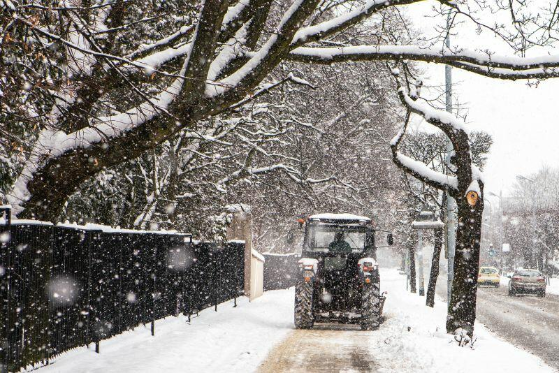 Zima to wyzwanie dla służb, a dla spacerowiczów atrakcja. Nz. odśnieżanie chodnika w sąsiedztwie Parku Oliwskiego
