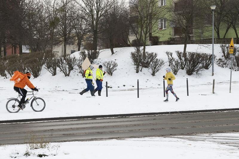 Gdańsk Chełm przy ul. Witosa - rowerzyści dowożący posiłki na wynos w śnieżnej pogodzie zasługują na szczególnie wysokie napiwki...