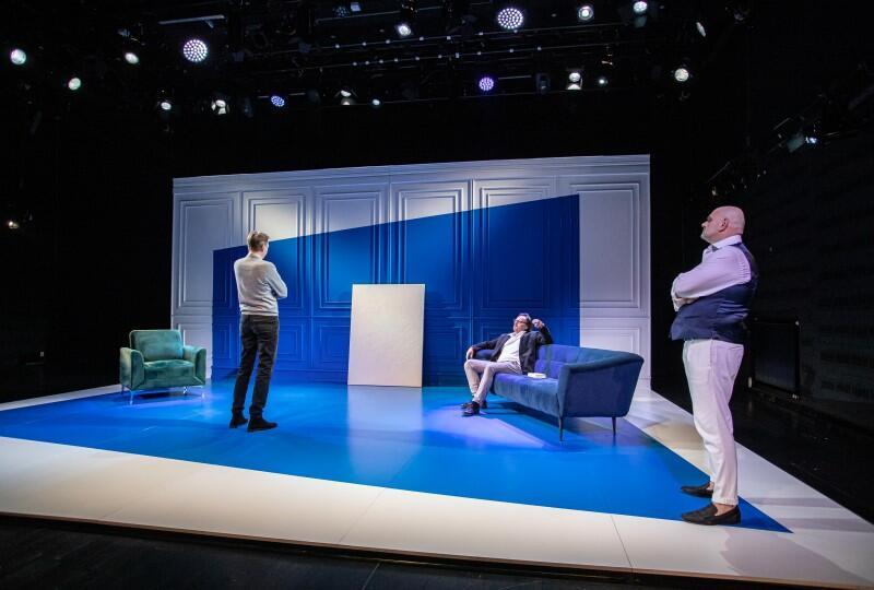 """""""Sztuka"""" Yasminy Rezy w reżyserii Adama Orzechowskiego to pierwszy spektakl, który wystawiony będzie w Teatrze Wybrzeże po ponownym otwarciu - przedpremierowo 13 lutego. Scenografię zaprojektowała Magdalena Gajewska"""