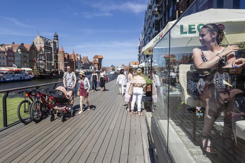 Gdańsk przyciąga inwestorów i - co najważniejsze - nowych mieszkańców. W tym sensie, zmiana jest wpisana w doświadczenie 1989 roku, ale wypada od razu wskazać na pewną cezurę, która zdynamizowała bieg spraw w mieście. Jest to oczywiście rok 2004 i przystąpienie naszego kraju do UE .