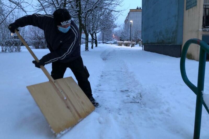 Pan Łukasz w akcji. Pracy jest dużo, ale on nie narzeka - stara się podchodzić do zimy pozytywnie