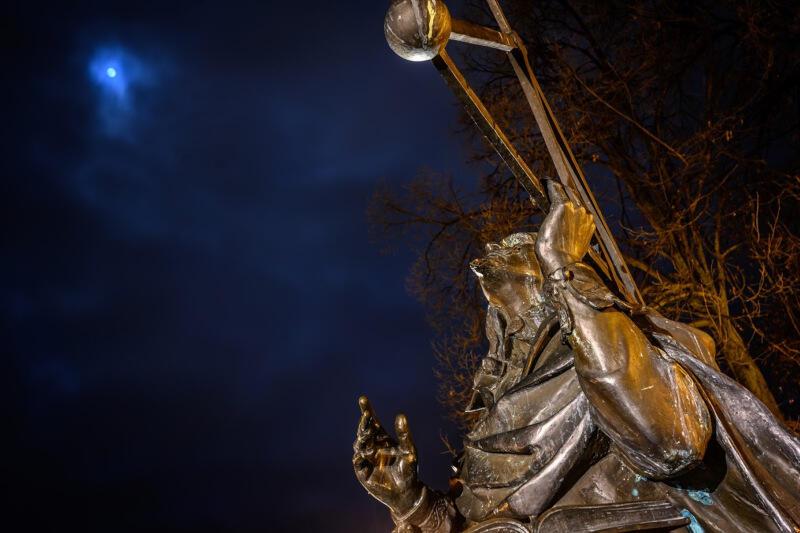 Jan Heweliusz obchodzi w tym roku 410. rocznicę urodzin. Z tej okazji, a także z okazji Walentynek, Hevelianum postara się sprawić, abyśmy zakochali się w astronomii. Nz. pomnik naukowca, który znajduje się przy ulicy Korzennej