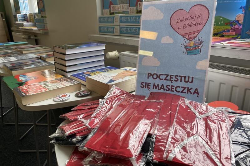 Na zdobywców walentynkowych voucherów od Wojewódzkiej i Miejskiej Biblioteki Publicznej w Gdańsku będą czekały też maseczki #gdanskczyta i przypinki