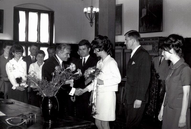 Mieczysław Manowiecki - kierownik Urzędu Stanu Cywilnego w Gdańsku składa gratulacje młodożeńcom pani Alicji i panu Wojciechowi, Ratusz Staromiejski, 1 czerwca 1968