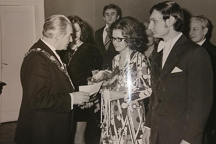 Sala ślubów w gdańskim Urzędzie Stanu Cywilnego, Mieczysław Manowiecki gratuluje młodej parze