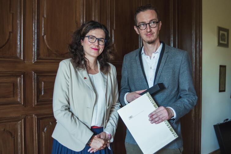 29 sierpnia 2019 r. - powołanie nowego dyrektora Miejskiego Teatru Miniatura - prezydent Gdańska Aleksandra Dulkiewicz wręcza Michałowi Derlatce nominację