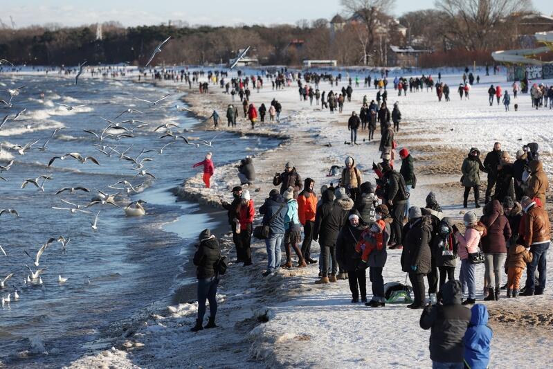 Tłumny spacer gdańszczan w słoneczną niedzielę 15 lutego na brzeźnieńskiej plaży