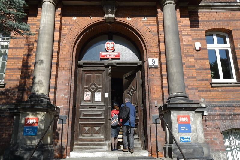 Po wojnie - gmach Zarządu Miejskiego wraz z siedzibą USC przy ul. 3 Maja 9 (do niedawna Gdański Urząd Pracy), to na tych schodach odbył się pierwszy w powojennym Gdańsku ślub