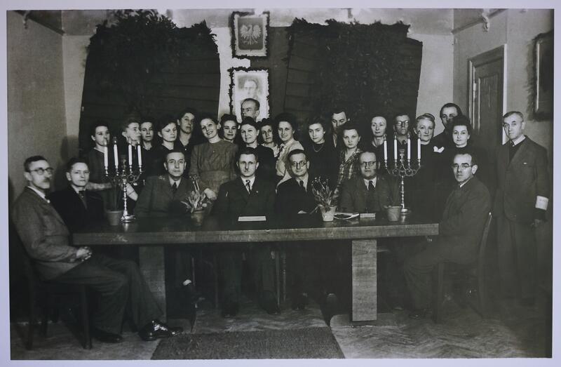 Pracownicy Urzędu Stanu Cywilnego w Gdańsku wraz z zaproszonym gośćmi w biurze urzędu w kwietniu 1946 roku