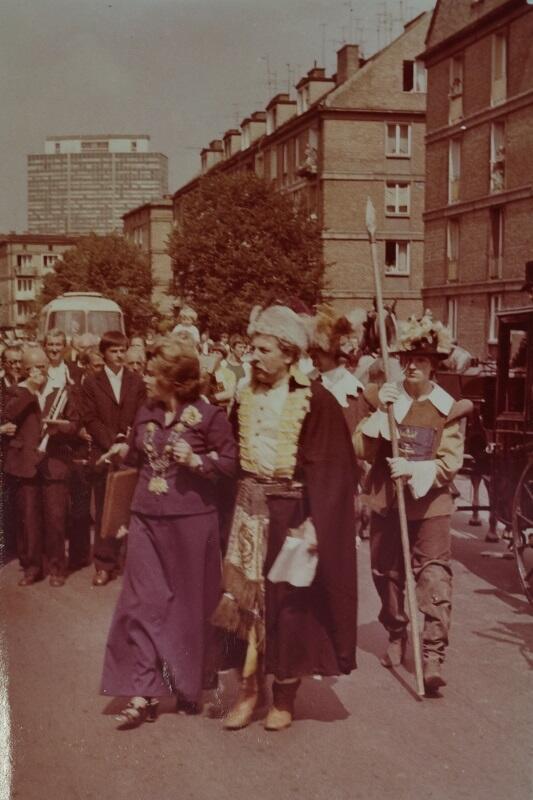 Ślub dominikański, na pierwszym planie, w fioletowej sukni Alfreda Maron kierownik USC w Gdańsku w latach 1975 - 1981