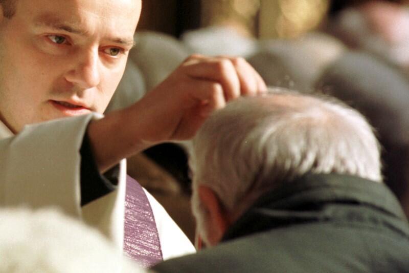 W tym roku kapłan ma posypywać głowy popiołem po założeniu maseczki ochronnej i uprzednim zdezynfekowaniu rąk