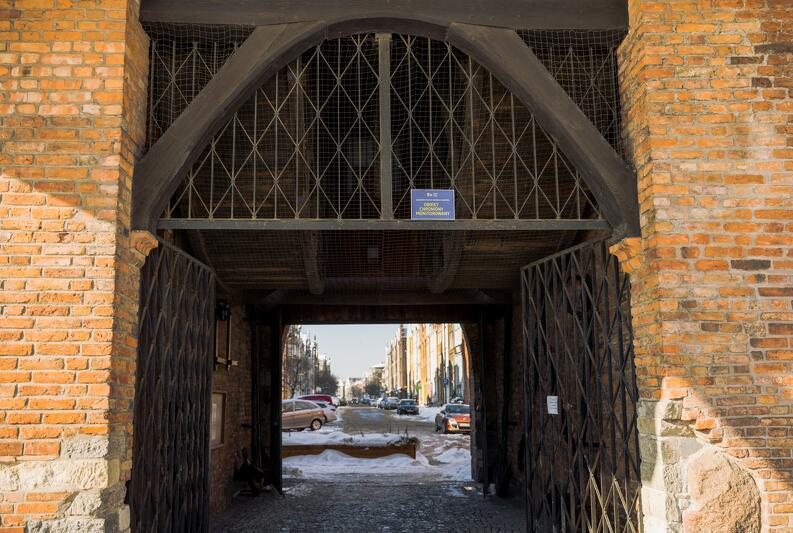 Brama Żurawia - łączy Długie Pobrzeże z ul. Szeroką