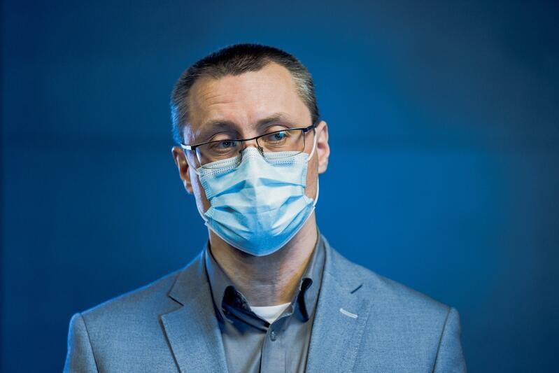 Dr Marcin Westphal zastępca dyrektora Narodowego Muzeum Morskiego w Gdańsku ds. merytorycznych podczas konferencji prasowej na temat remontu Żurawia