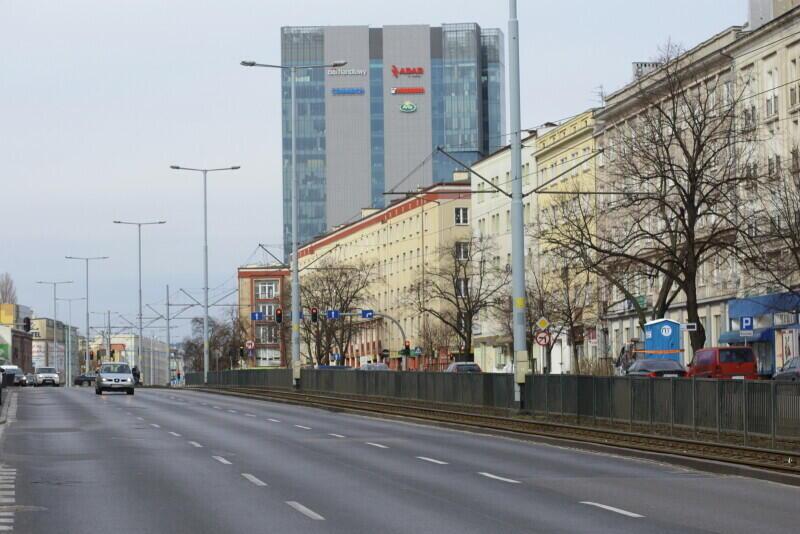 Ograniczenie prędkości na Alei Grunwaldzkiej wprowadzone zostaje w trosce o mieszkańców. Szarżujący kierowcy powodowali wypadki - pod koniec ubiegłego roku śmiertelny