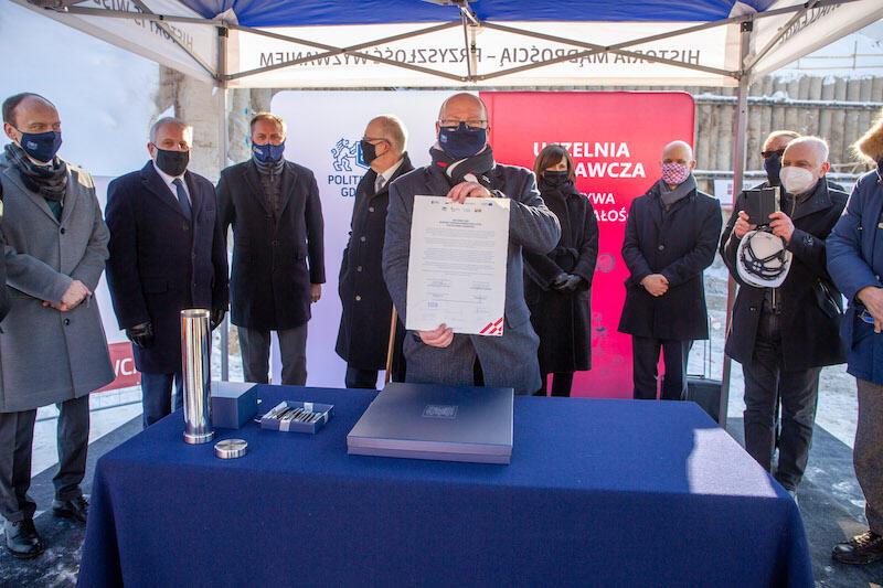 Podpisanie aktu erekcyjnego pod budowę CK STOS. Akty trzyma prof. Krzysztof Wilde, rektor Politechniki Gdańskiej