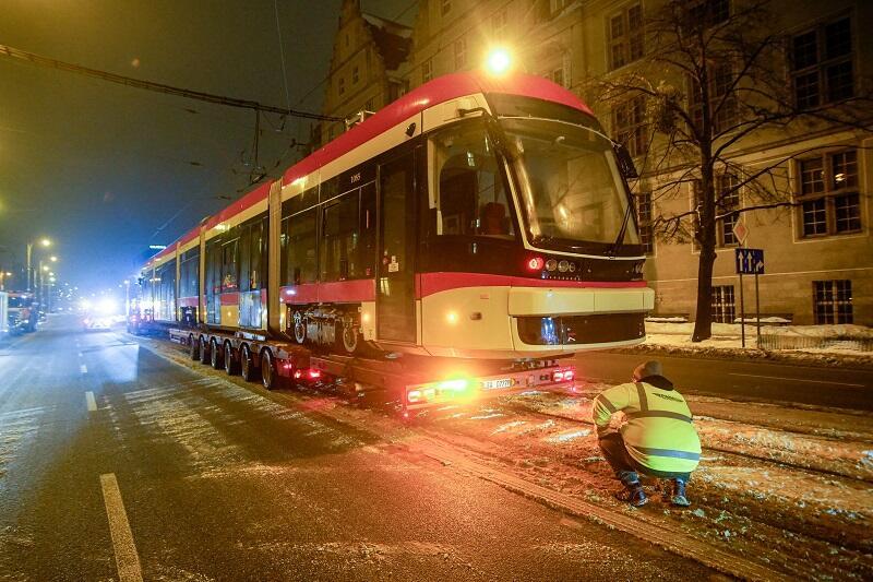 Rozładunek nowego tramwaju jak zwykle odbył się na torach przy ul. Nowe Ogrody