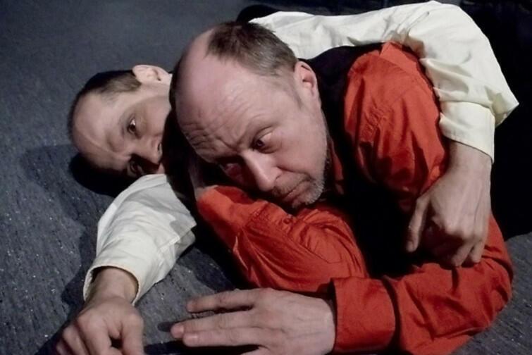 """""""Co pan na to, panie Freud?"""" przewrotnie pyta reżyser Marek Brand, którzy w spektaklu wciela się również w jedną z głównych ról"""