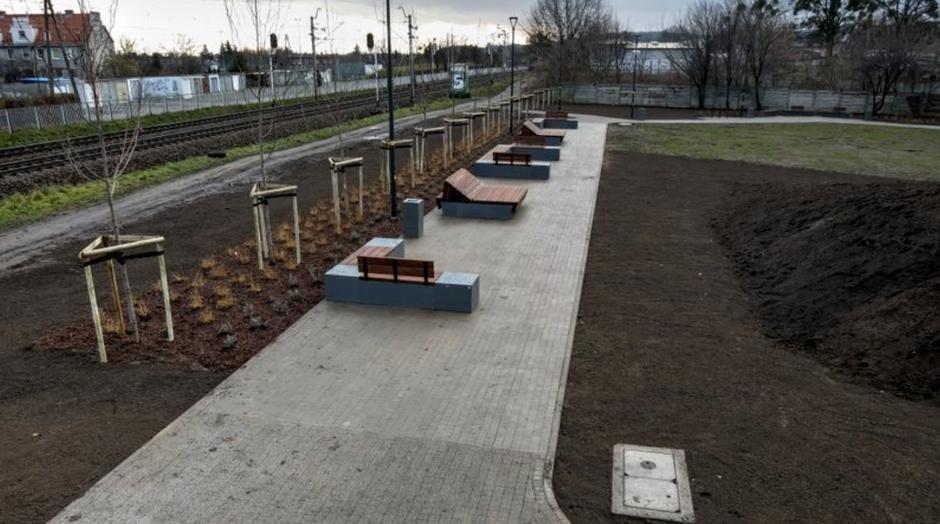 W ramach projektu pojawiły się m.in. nowe wygodne ławki i siedziska, a także nowe nasadzenia drzew