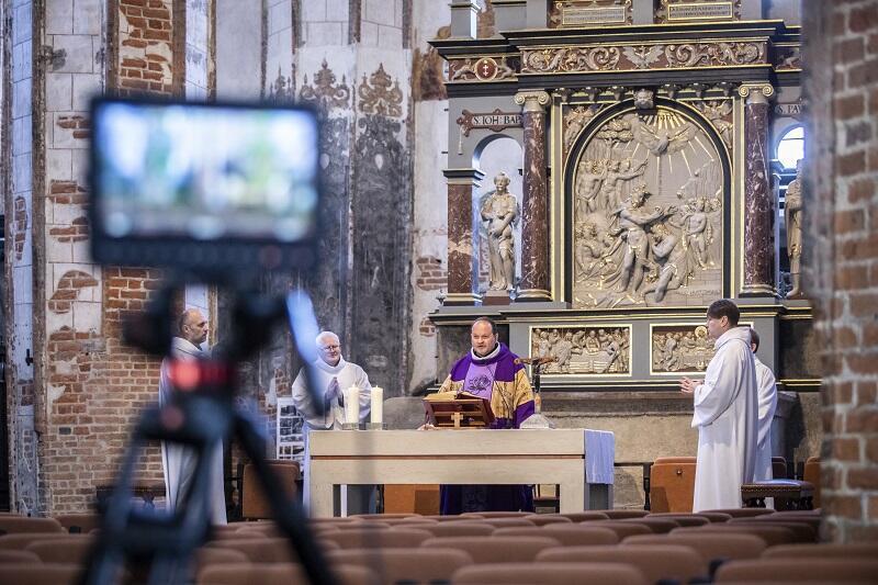 Transmisja mszy św. z Kościoła św. Jana w Gdańsku. Zdjęcie archiwalne z 15 marca, gdy nabożeństwo odbyło się bez udziału wiernych