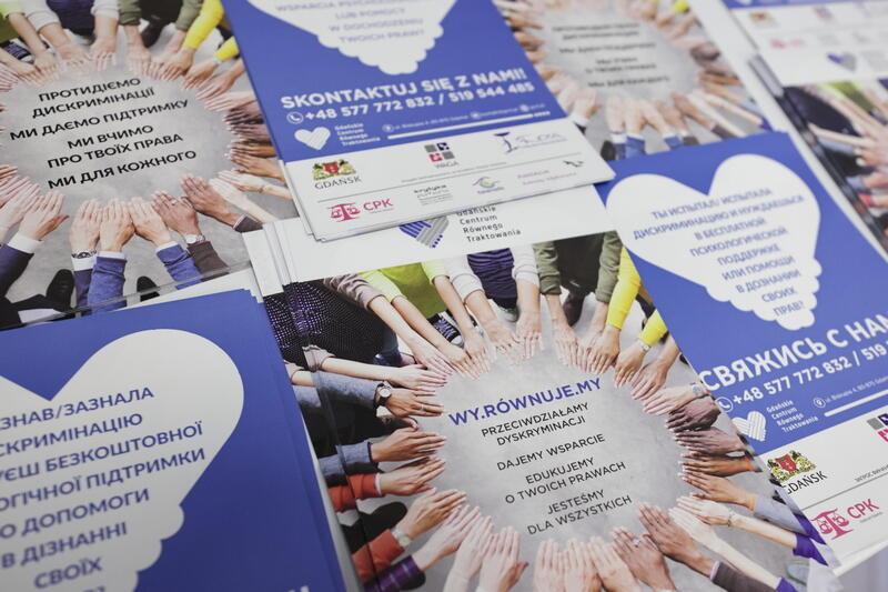 Ulotki o działalności Gdańskiego Centrum Równego Traktowania