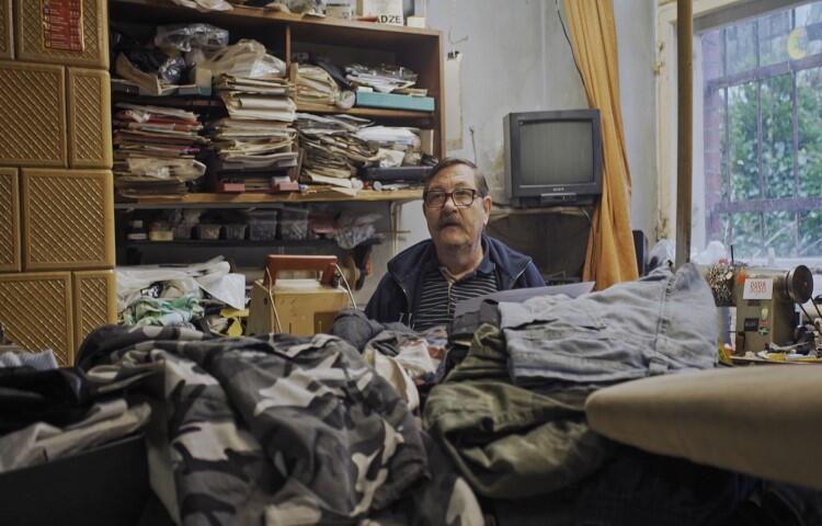 Krawiec Andrzej Szamotulski z ulicy Batorego zajmuje się krawiectwem wymiarowym. Na taką usługę nie ma dziś zbyt wielu klientów