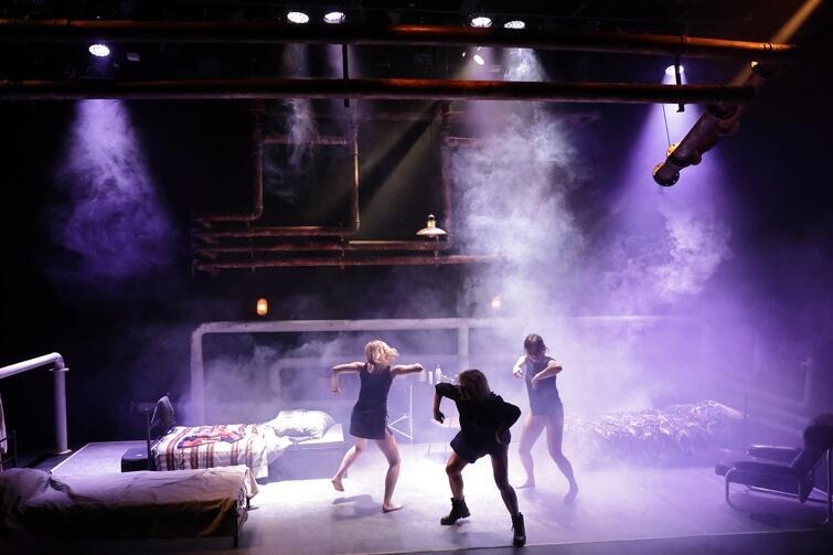 trzy kobiety tańczą w kręgu, obraz z góry widzimy całą scenę