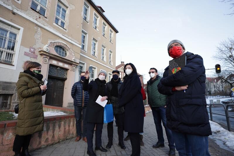 Spacer w dzielnicy Aniołki odbył się z udziałem m.in. prezydent Gdańska Aleksandrą Dulkiewicz i przedstawicielami rady dzielnicy