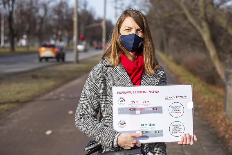 Agata Lewandowska, miejska inżynier ruchu z planszą pokazującą zależność między prędkością pojazdu a bezpieczeństwem i płynnością ruchu