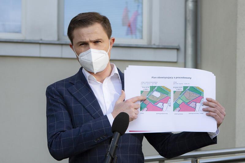 Piotr Grzelak: - Mam wrażenie, że w tej dyskusji dzisiaj zupełnie zapominamy, że istnieje możliwość inwestowania na tym terenie w oparciu o dotychczas funkcjonujące prawo. (...) To nie jest tak, że na tym terenie nie wolno zabudowy prowadzić, tylko, że ta zabudowa musi być poddana obowiązującym rygorom