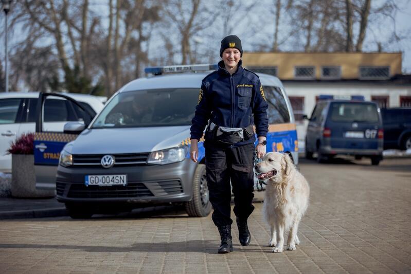 Żaneta Zander młodsza inspektor Straży Miejskiej w Gdańsku i jej partner w pracy - Marley