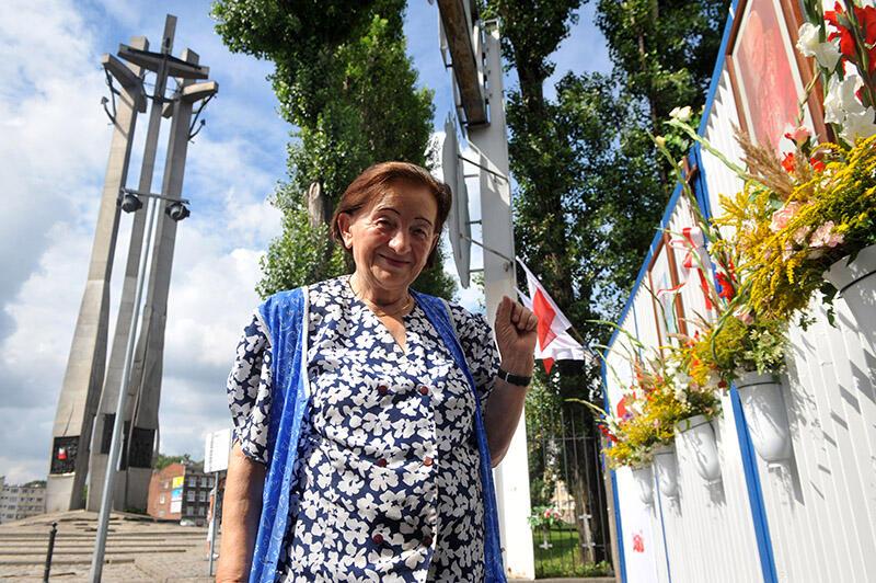 Aleksandra Olszewska [1927 - 2016] przez 35 lat pracowała przy Bramie nr 2, troszczyła się należyty wygląd Placu Solidarności - była nieformalną ambasadorką idei Solidarności