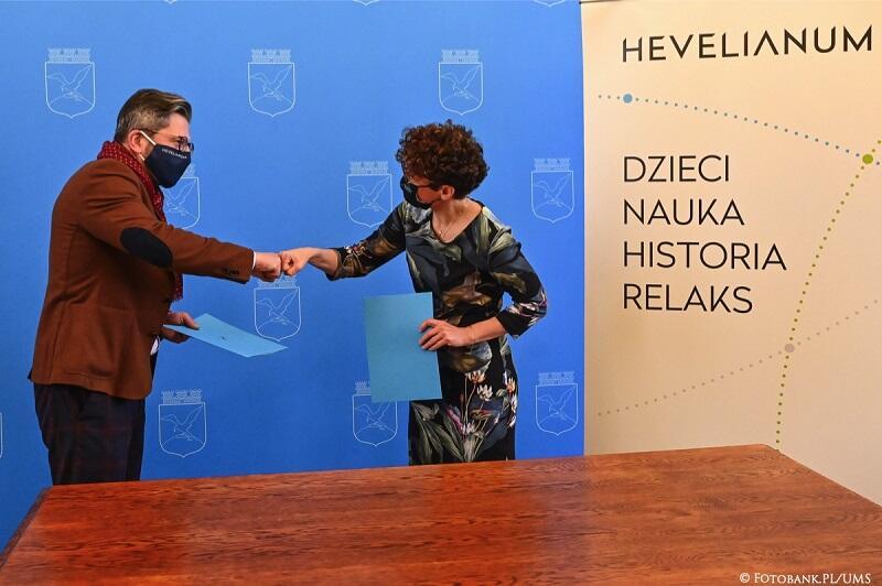 Magdalena Czarzyńska-Jachim wiceprezydentka Sopotu i Paweł Golak dyrektor Hevelianum przypieczętowują współpracę przy budowie obserwatorium
