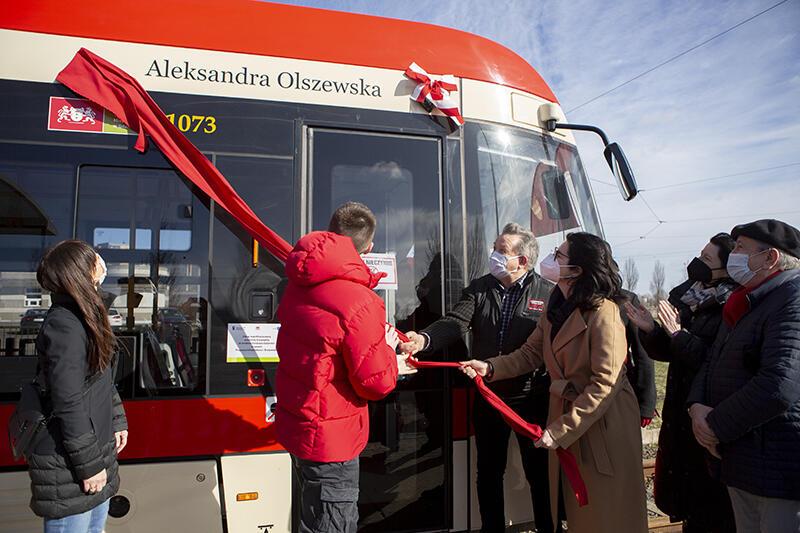 Uroczystość nadania imienia Aleksandry Olszewskiej tramwajowi odbyła się w piątek, 26 lutego 2021 r., na pętli Chełm. Tablicę odsłoniła prezydent Gdańska Aleksandra Dulkiewicz wraz z synem patronki