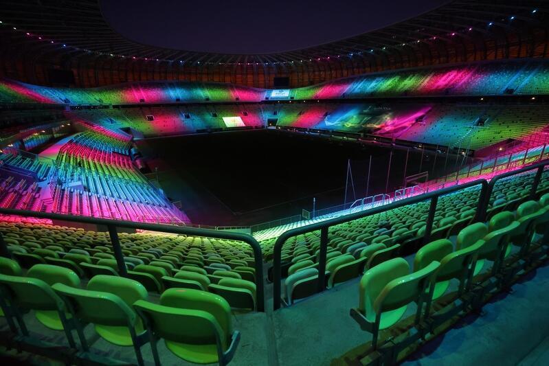Stadion w Letnicy w niedzielę, 28 lutego, wieczorem mienił się na zielono, niebiesko i różowo