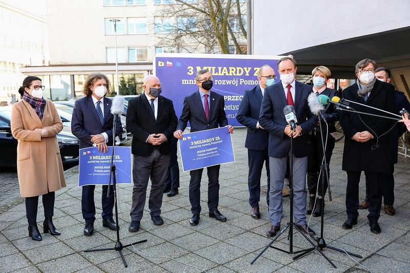 Po spotkaniu pod Urzędem Marszałkowskim w Gdańsku odbyła się konferencja prasowa, podczas której samorządowcy dziękowali parlamentarzystom za udział w spotkaniu i apelowali o wsparcie w dalszej batalii o zwiększenie kwoty środków unijnych dla Pomorza