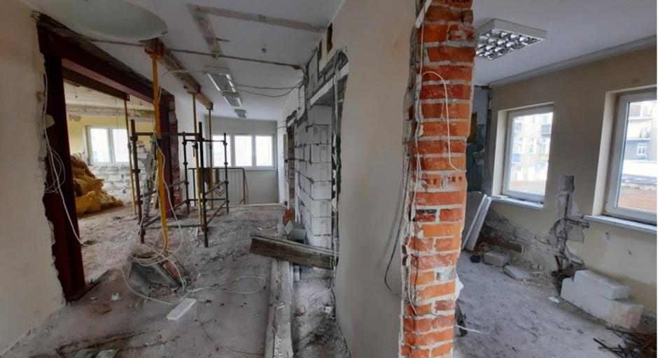 W rewitalizowanym budynku trzeba było wyburzyć część ścianek działowych, obecnie trwa montaż instalacji
