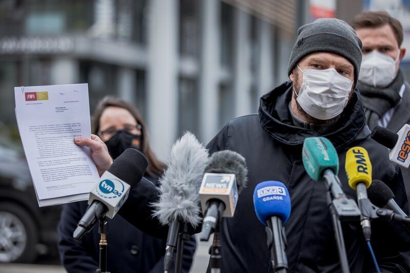 Michał Szymański zastępca dyrektora Gdańskiego Zarządu Dróg i Zieleni pokazuje plik korespondencji z NSZZ Solidarność