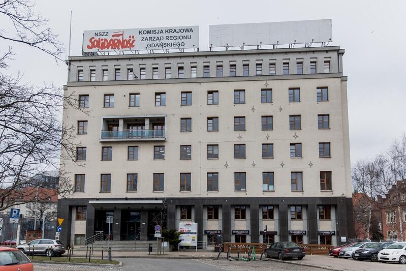 Siedziba NSZZ Solidarność przy Wałach Piastowskich - stan fasad z 2 marca 2021, jeszcze w grudniu 2020 wisiały tu dwie siatki reklamowe niezgodne z Uchwałą Krajobrazową Gdańska