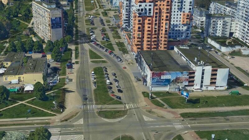 Ulica Czarny Dwór, obok po lewej, ul. Obrońców Wybrzeża i skrzyżowania z ul. Prezydenta Lecha Kaczyńskiego