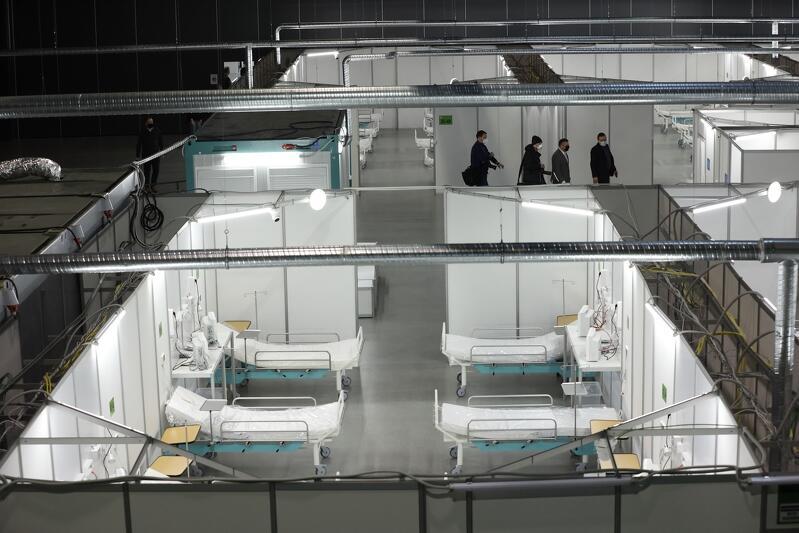 Hala, w hali wydzielone sale szpitalne, w środku nich łóżka szpitalne