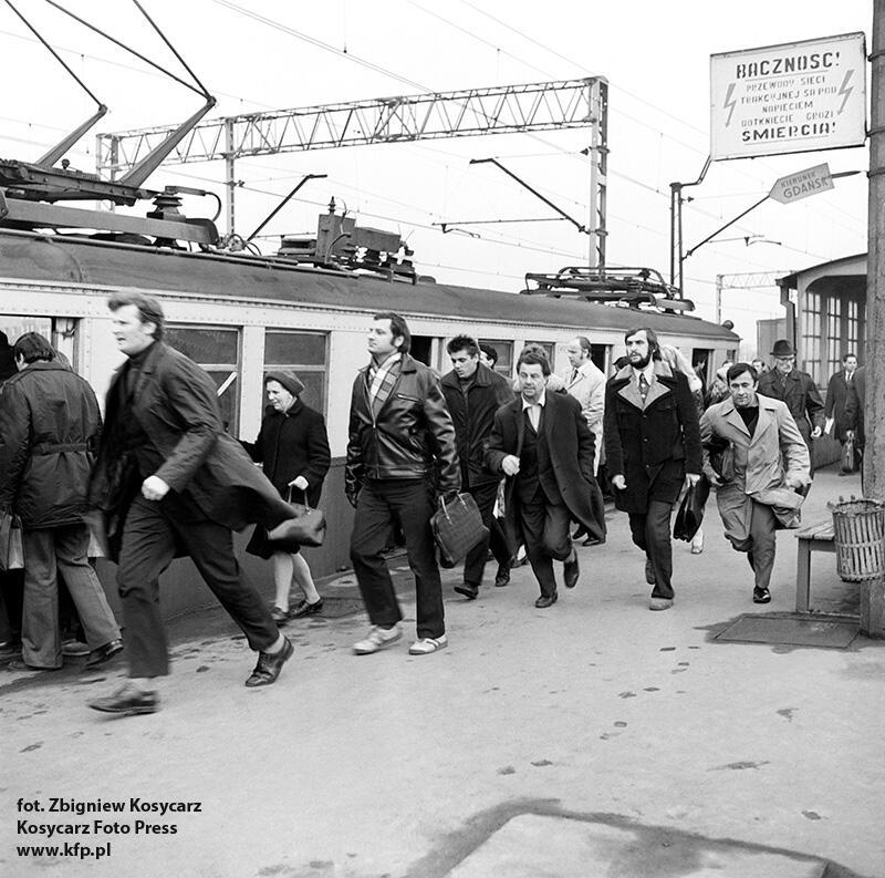 Kwiecień 1973 r. - stacja Gdańsk Przymorze. Zdobycie miejsca w zatłoczonej SKM-ce było nie lada wyzwaniem